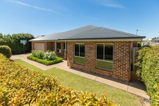 7 Tahara Crescent Estella NSW 2650