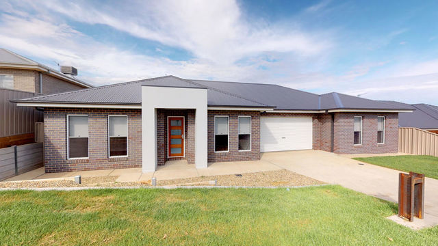8 Warrock Place, Bourkelands NSW 2650
