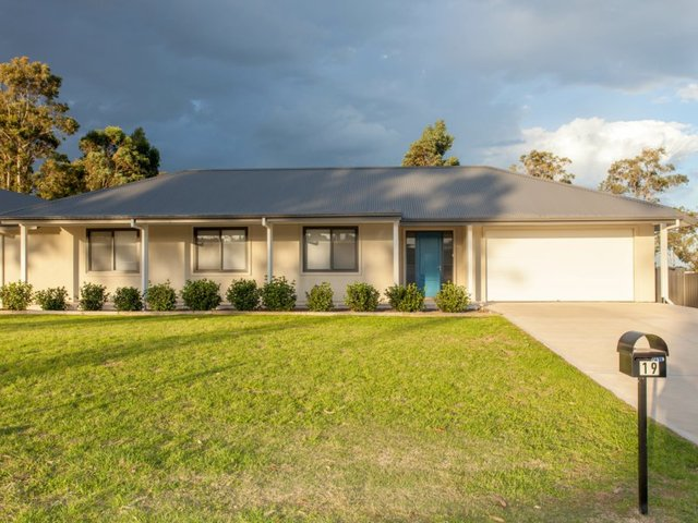 19 Woodlands Drive, Weston NSW 2326