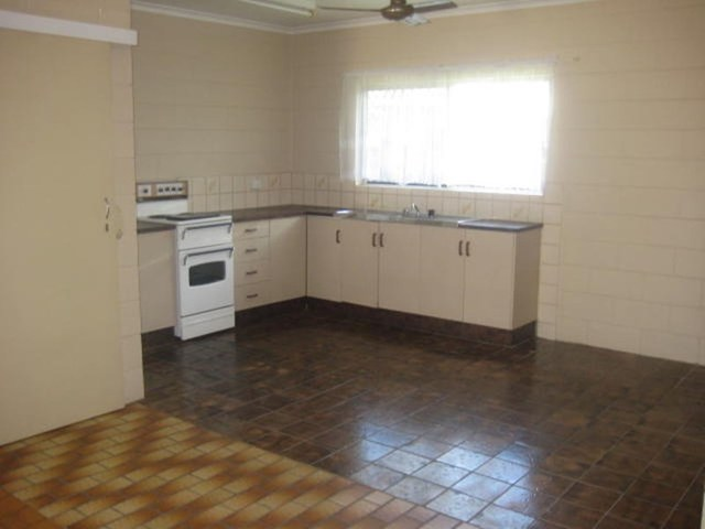 2/11 Smart Street, Mooroobool QLD 4870