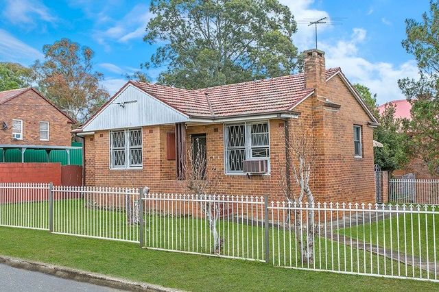 8 Macarthur Cres, Westmead NSW 2145