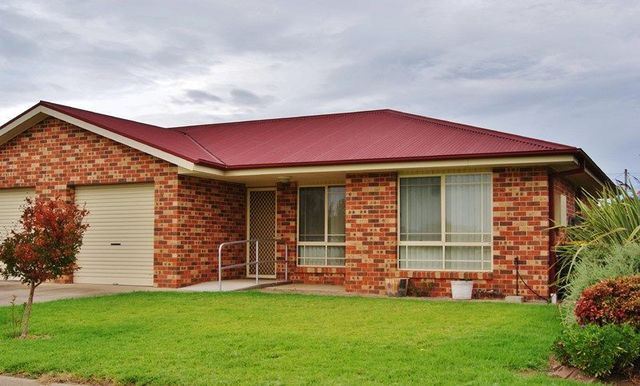 4/3A Sam Place, Young NSW 2594