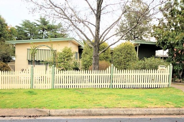 15 Russell Street, Young NSW 2594