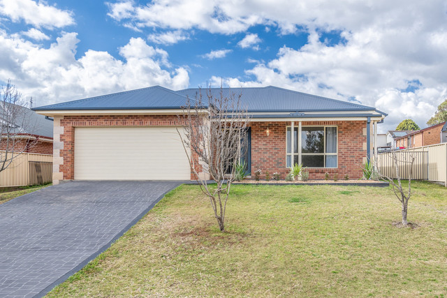 4 Hillview Avenue, Dungog NSW 2420