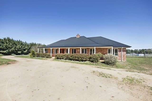 64 Hutchinsons Lane, Romsey VIC 3434