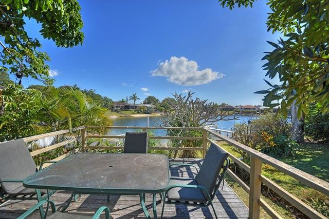 4 La France Court, Mermaid Waters QLD 4218