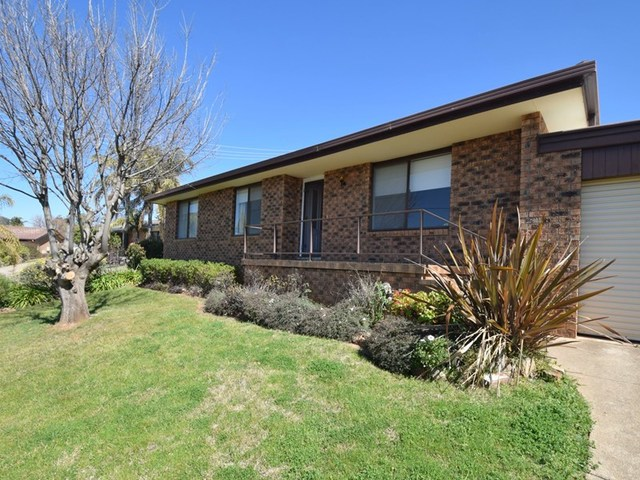 9 Charles Crescent, Young NSW 2594